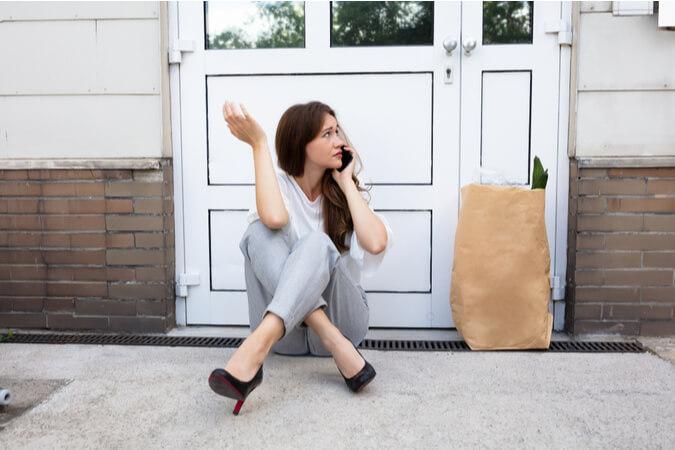 אישה ננעלה מחוץ לבית מנעול חכם